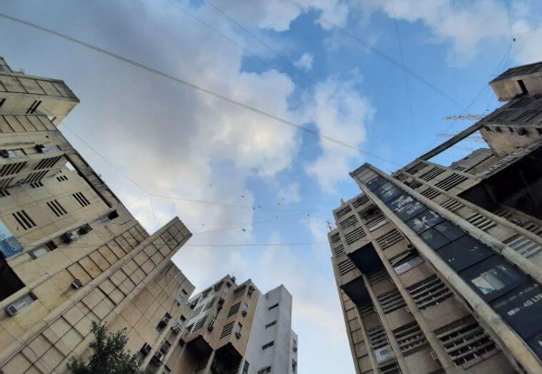 Снимок высокого здания, снятый с помощью ультра-широкоугольного объектива с будущего смартфона.